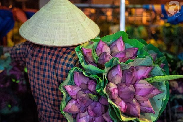 Hoa sen được gói 10 bông/bó và được bọc ngoài bởi lá sen