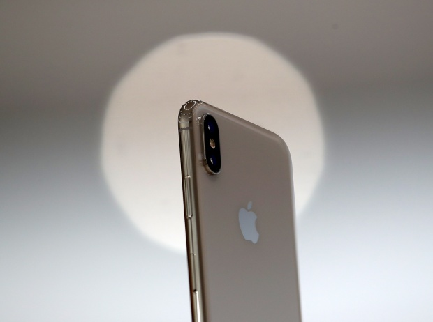 Mức giá trước giảm của iPhone X tại Việt Nam là 29,99 triệu đồng 34,79 triệu đồng lần lượt cho bản 64 GB và 256 GB bộ nhớ trong.