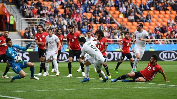 Pha bỏ lỡ đáng tiếc của Suarez ở phút 24. Ảnh: FIFA