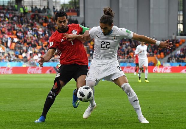 Uruguay (áo trắng) chơi áp đảo toàn diện trước Ai Cập (áo đỏ). Ảnh: FIFA