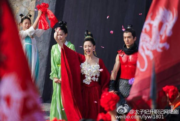 Nóng mặt trước cảnh động phòng của Trương Thiên Ái và Thịnh Nhất Luân trong phim Thái tử phi thăng chức ký
