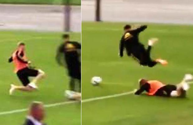 Kevin De Bruyne vào bóng cực kỳ nguy hiểm với người đồng đội Adnan Januzaj.