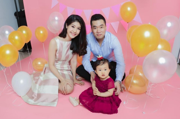 Bức ảnh Đông Phương đăng trong ngày con gái tròn 1 tuổi.
