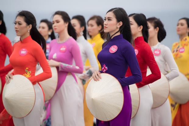 Các thí sinh cùng tham gia hoạt động ý nghĩa tại nhiều danh thắng ở Quy Nhơn.
