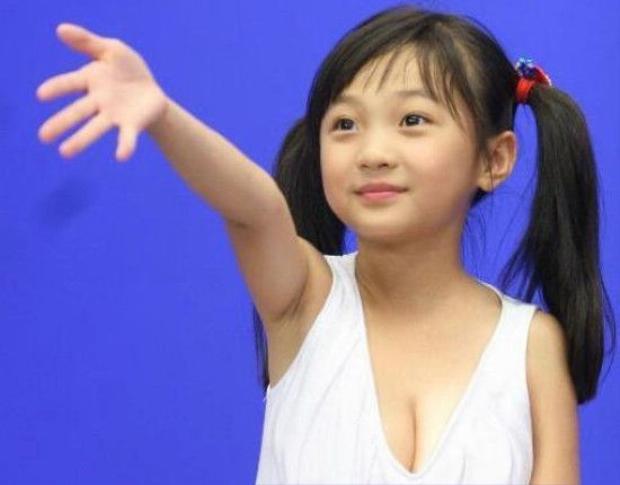 Bức ảnh khiến người ta nghi ngờ cô bé đã trùng tu vòng một khi còn rất bé.