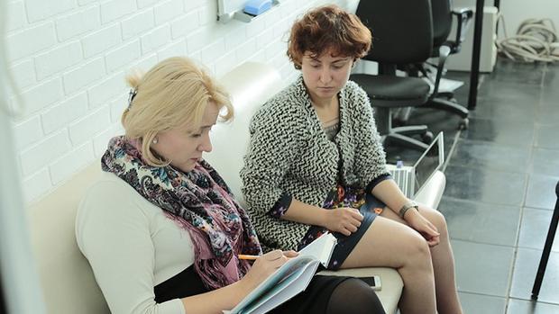 Yulia Siluyanova trong một buổi chiều làm việc tại văn phòng Alternativa ở Moscow.