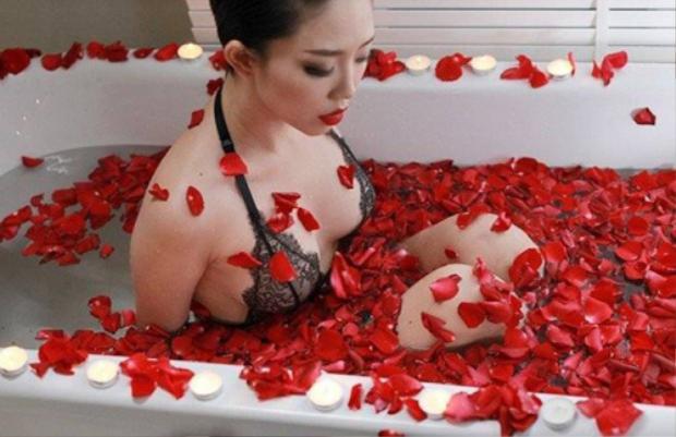 Tóc Tiên gợi cảm trong chiếc bồn tắm màu trắng được phủ bằng hoa hồng đỏ đầy lãng mạn.