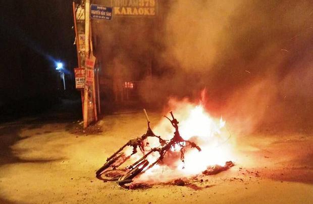Nhóm thanh niên phóng hỏa đốt xe giữa đường phố sau trận bóng. Ảnh: Dân trí.