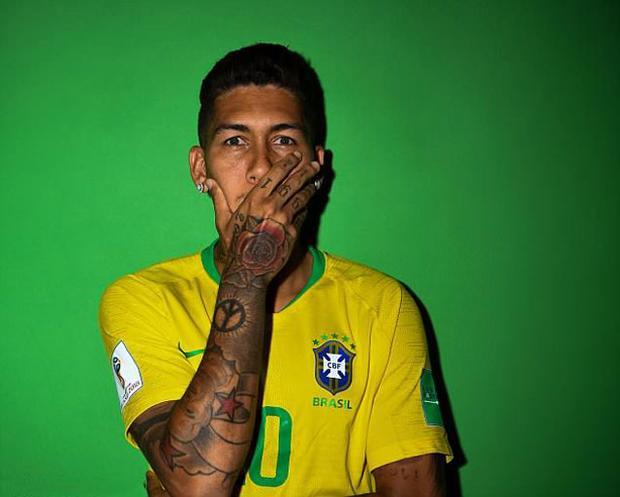 Roberto Firmino - Brazil: Cũng giống Ramos, Roberto Firmino đã xăm một bông hồng trên tay. Đồng thời, ở các ngón tay, ngôi sao đang khoác áo Liverpool cũng xăm thêm số 1991 và cũng là năm sinh của anh.