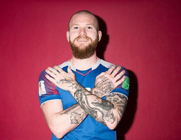 Aron Gunnarsson - Iceland: Đội trưởng của ĐT Iceland đã xăm gần kín cả cánh tay với nhiều hình tượng độc đáo.