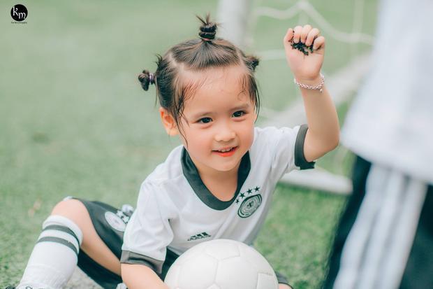Trong không khí World Cup 2018 đang nóng lên mỗi ngày, mới đây, bộ ảnh của nhóc tỳ 3 tuổi trên sân bóng sau khi đăng tải diễn đàn nhiều người theo dõi trên mạng xã hội đã nhận được sự chú ý đặc biệt của dân mạng