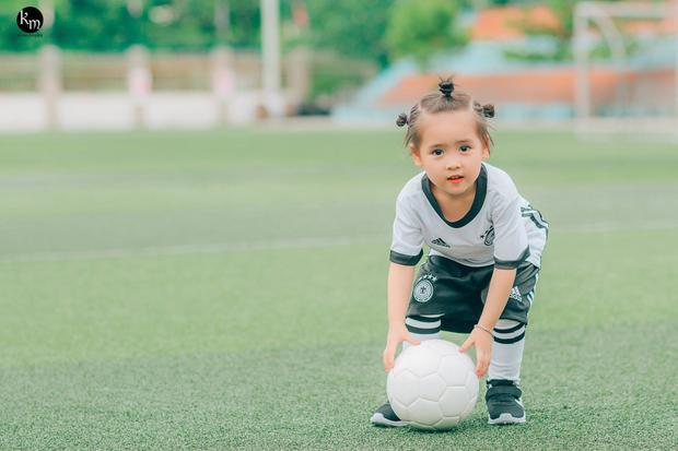 """Nhân vật chính của bộ ảnh này là bé Ngọc Diệp (tên thường gọi là Meo, 3 tuổi, Bắc Giang) đã cho ra đời bộ ảnh cổ động mang tên """"Thiên thần đội tuyển Đức""""."""