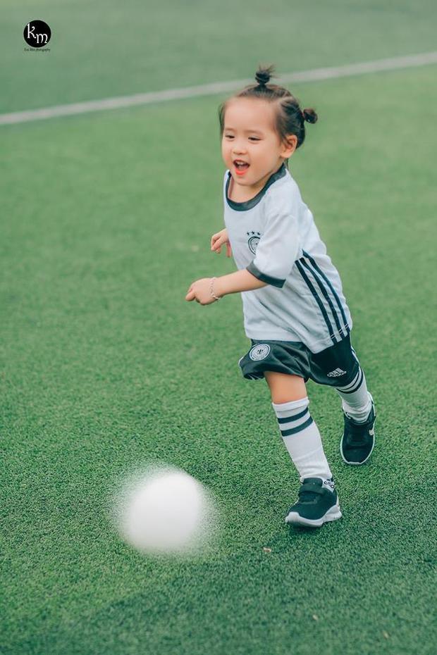 Dù được chụp trong thời tiết khá nắng nóng nhưng bé Meo vẫn rất thích thú chơi đùa và tạo dáng trước ống kính. Ngoài ra, bé còn ra sân cùng một bé trai khác nên những khoảnh khắc của bé trên sân đều khá tự nhiên.