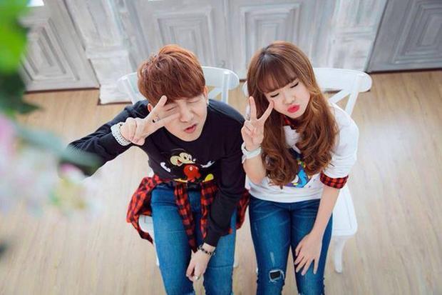 """Trước khi chính thức công khai mối quan hệ, cả hai thường đăng tải những hình ảnh """"cute lạc lối"""" khiến fan đứng ngồi không yên."""