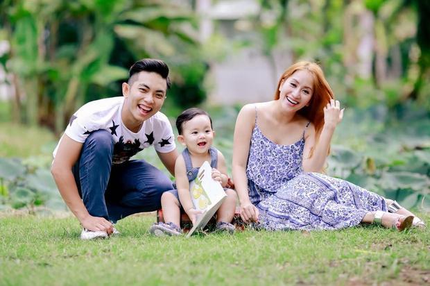 """Mối tình """"thầy - trò"""" viên mãn của Khánh Thi và Phan Hiểnbên đứa con đầu lòng vô cùng kháu khỉnh."""