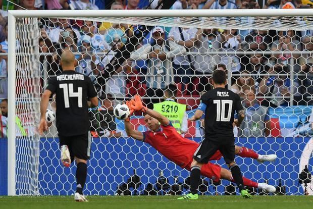 Tình huống đá hỏng phạt đền của Messi. Ảnh: Getty.