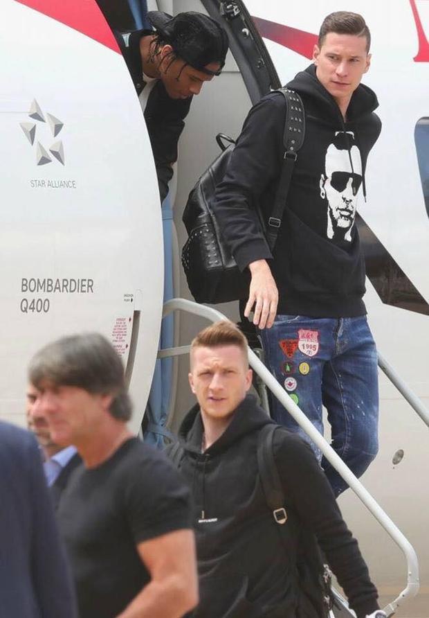 Khoảnh khắc lúc các trai đẹp bắt đầu ló mặt ra khỏi máy bay