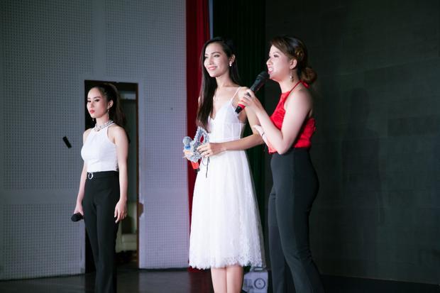 Người đẹp gây thiện cảm với vẻ ngoài nữ tính, dịu dàng trong trang phục chiếc áo đầm trắng nhẹ nhàng, thanh thoát.
