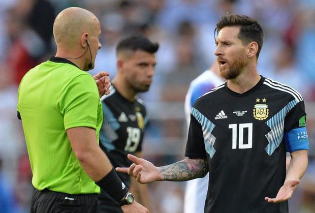 Messi kiến nghị với trọng tài.