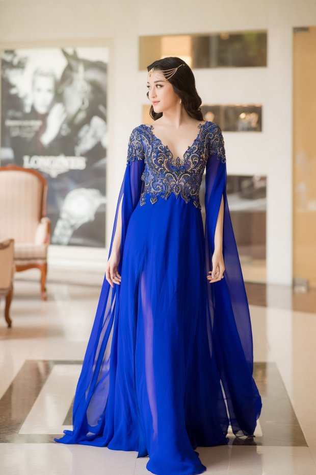 """Ngoài tông màu xanh dương giúp tôn da, việc chọn bộ váy nhăn nhúm cùng cách đeo phụ kiện đầu như cosplay """"công chúa Ấn Độ"""" chẳng hề khiến Huyền My trông đẹp hơn."""
