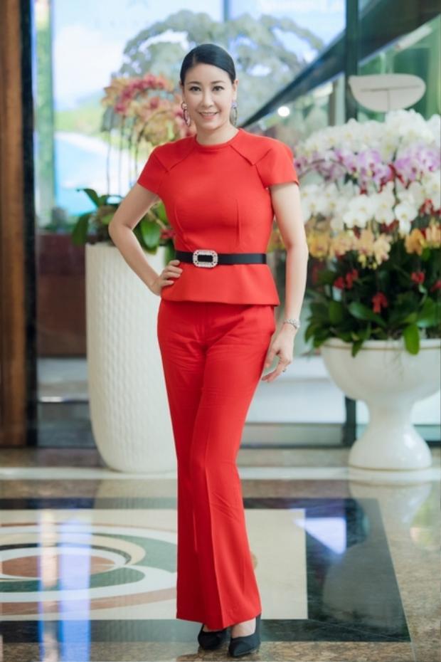 Hà Kiều Anh tiếp tục chịu cảnh lọt vào danh sách sao xấu tuần bởi outfit tuyền một màu đỏ nóng bức. Ngoài ra thiết kế không mới mẻ, cách cắt cũ kĩ cũng là lí do khiến bộ cánh này nhận điểm trừ.