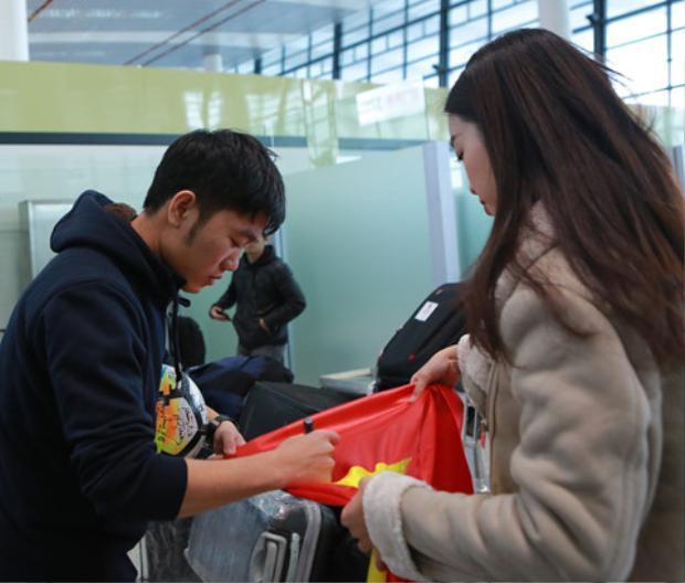 Hoa hậu Đỗ Mỹ Linh giao lưu và xin chữ ký các cầu thủ trước khi về Việt Nam.