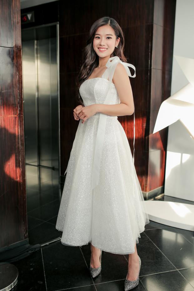 Hoàng Yến Chibi xinh xắn như một nàng công chúa thực thụ khi chưng diện bộ váy xòe bồng cùng chi tiết kết nơ nhấn nhá ngay vai.