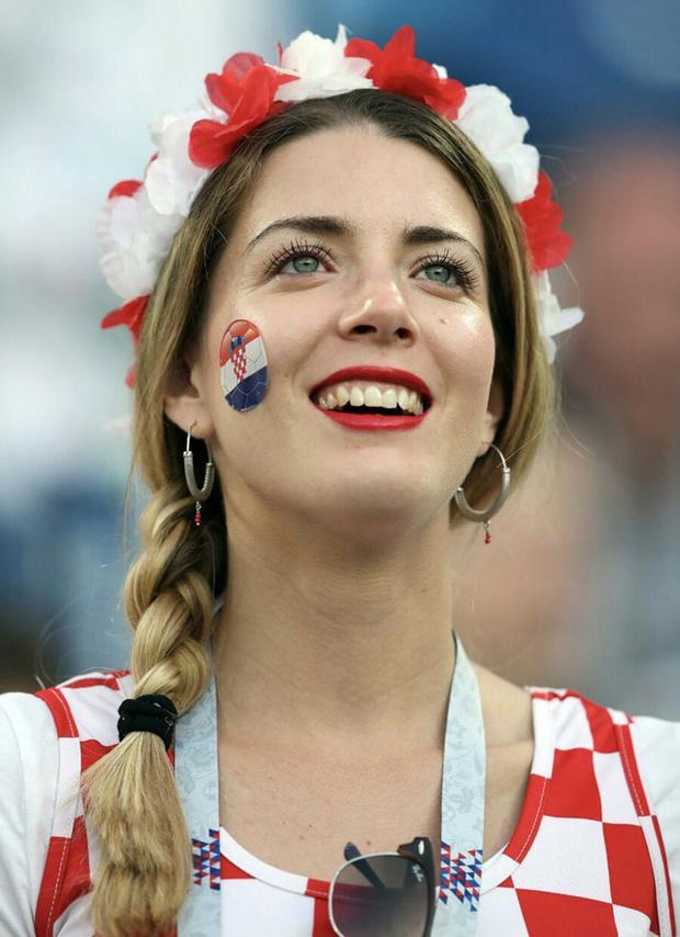 'Quên lối về' vì nhan sắc CĐV nữ Croatia
