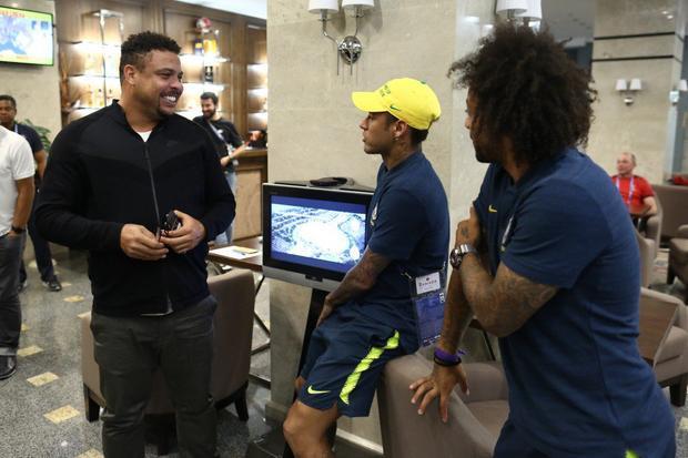 """""""Rô béo"""" động viên 2 đàn em là Neymar và Marcelo. Ảnh: Twitter."""