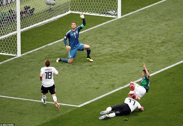 Manuel Neuer hoàn toàn bất lực trước cú sút hiểm hóc của Lozano. Ảnh: Reuters.
