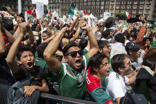 Hàng nghìn người hâm mộ Mexico đổ ra đường ở Mexico Cityăn mừng chiến thắng của đội tuyển nhà trước đội Đức trong trận ra quân. Ảnh: AP