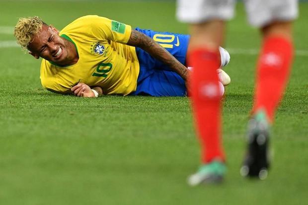 Dính 10 phát chém, Neymar khiến trái tim CĐV rớm máu