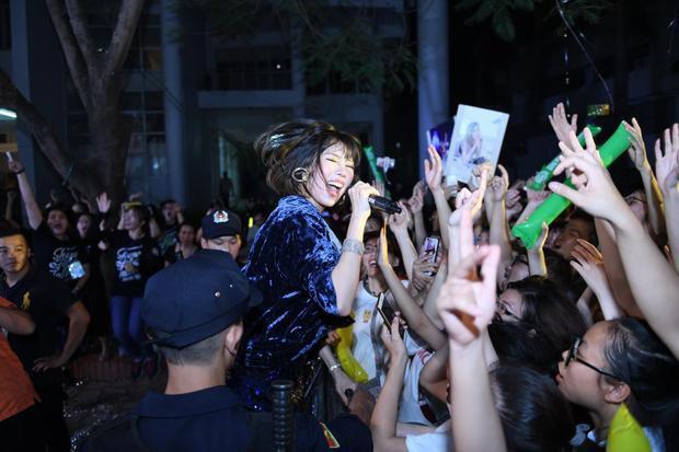 Gia đình hoa dâm bụt khuấy đảo sân khấu Mùa hè không độ tại Hà Nội
