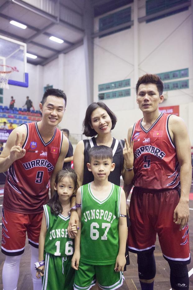 Cô cùng hai con rạng rỡ chụp ảnh cùng các cầu thủ.