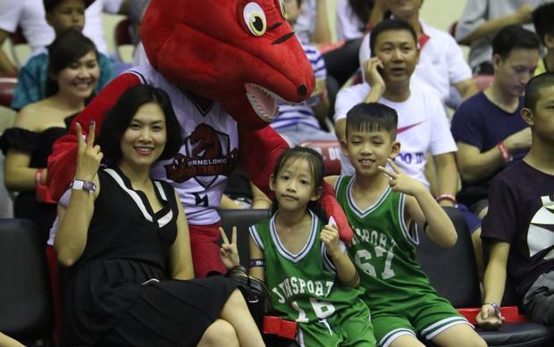 Diễn viên Hà Hương cùng các con xuất hiện ở hàng ghế khán giả.