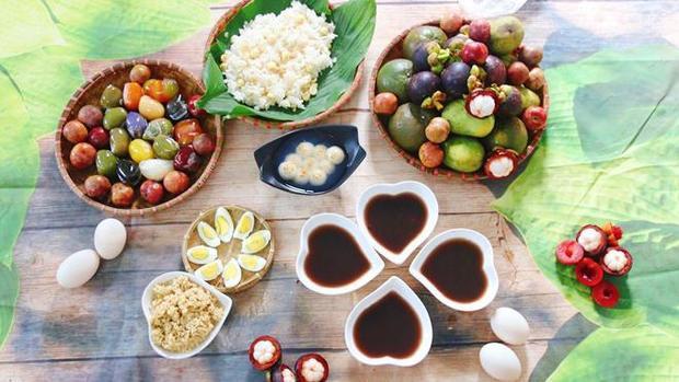 Mâm cỗ cúng cầu kỳ của gia đình chị Nguyễn Ánh Hòa (Nam Định). Chị Hòa cho biết, ngoài các món ăn truyền thống như hoa quả, cơm rượu… thì chị có làm thêm món khác khi gia đình có điều kiện như trứng luộc, chè đậu đen, chè trôi nước, xôi hạt sen, bánh xu xê các vị gấc-dừa…