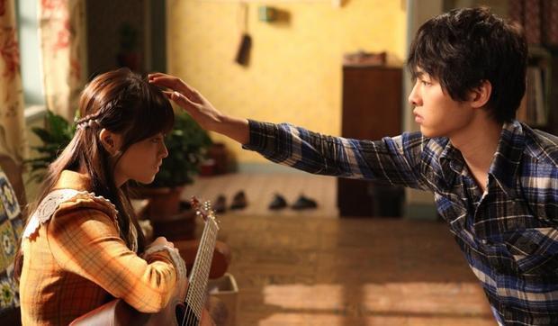 """Song Joong Ki và Park Bo Young trong """"Cậu bé người sói""""."""
