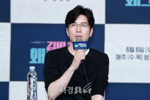 """Đạo diễn Park đáng kính, người đứng sau thành công của """"What's Wrong with Secretary Kim""""."""
