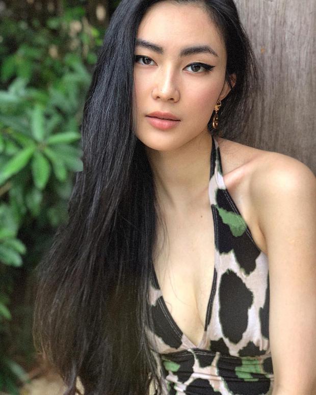 Xinh đẹp và quyến rũ với mái tóc đen dài bóng khỏe. Thần thái lạnh lùng toát lên vẻ sang trọng của Helly Tống.