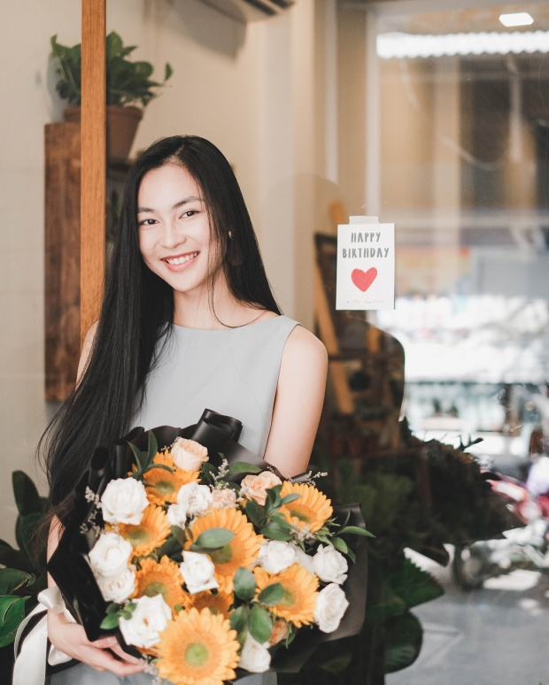 Gương mặt xinh đẹp thuần khiết, làn da trắng mịn cùng nụ cười tươi rạng rỡ chính là điểm cộng giúp làm nổi bật mái tóc mềm mượt đáng ghen tị của cô nàng.