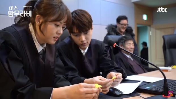 Thấy cậu em L (Kim Myung Soo) ngồi gấp hạc giấy, Go Ara lập tức nài nỉ cậu ấy chỉ cho mình.