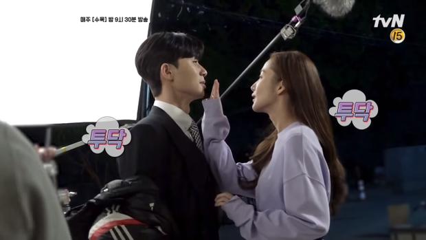 Dùng tay để cảm nhận hơi thở của Seo Joon.