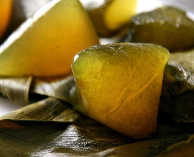 Bánh tro không nhân có thể cắt nhỏ và rưới nước mật ăn rất ngon.