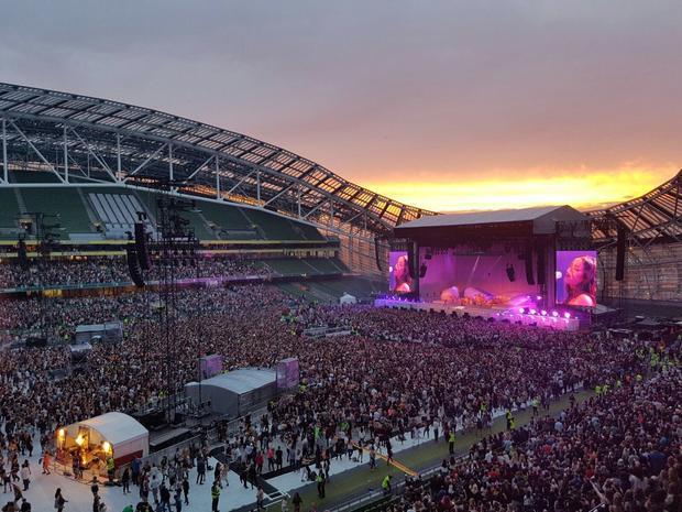 Show diễn tại Stade de France nước Pháp khá khẩm hơn một chút, tuy nhiên lượng ghế trống vẫn quá nhiều.