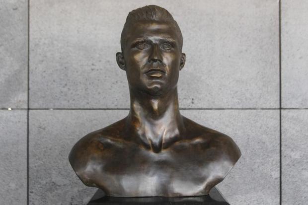 Bức tượng Ronaldo vừa được thay thế và vấp phải sự chỉ trích của các CĐV. Ảnh: The Sun.