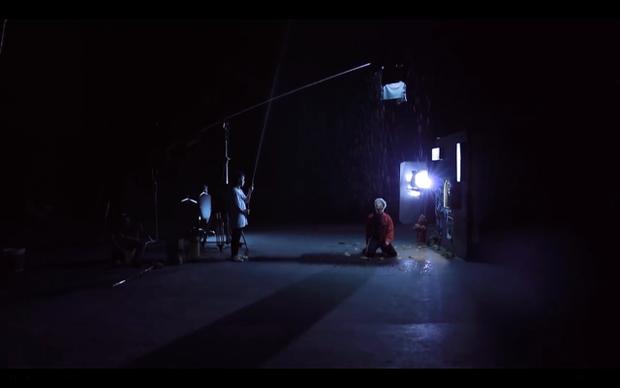 Nicky cũng có những frame hình ấn tượng trong MV này.