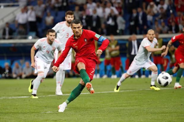 Lập hat-trick, CR7 giúp Bồ Đào Nha cầm hòa Tây Ban Nha. Ảnh: AFP.