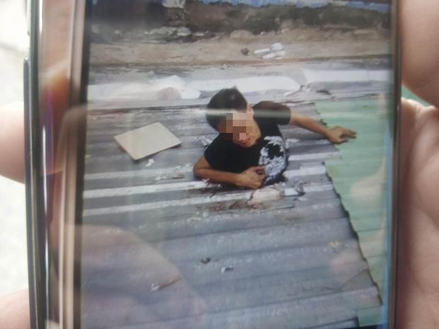 Hình ảnh nam thanh niên đau đớn trong lúc đợi giải cứu.