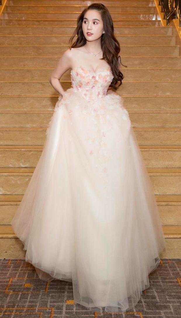 Chiếc váy có phần làm khó Ngọc Trinh trong quá trình di chuyển.