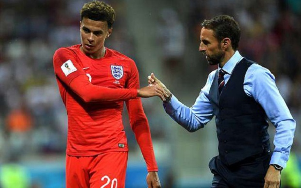 Dele Alli chấn thương trong trận đấu với Tunisia. Ảnh: Daily Mail.